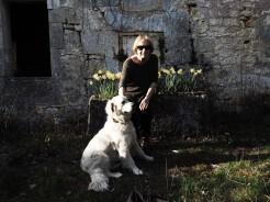 La mère et le chien_devant la maison de mes rêves